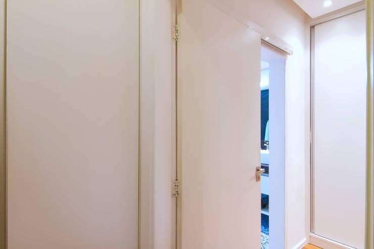 Apartamento Bom Retiro – 100m²: Corredores e halls de entrada  por Raphael Civille Arquitetura