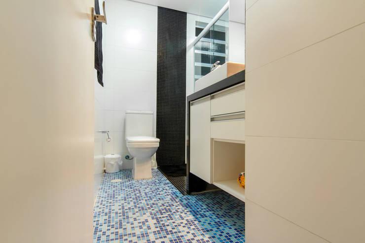Apartamento Bom Retiro - 100m²: Banheiros minimalistas por Raphael Civille Arquitetura