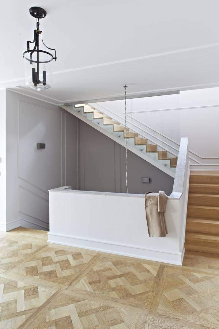 Dom w Wilanowie: styl , w kategorii Korytarz, przedpokój zaprojektowany przez BBHome Design