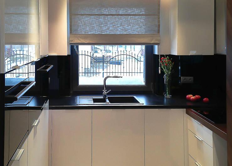 nowoczesny dom z czerwienią: styl , w kategorii Kuchnia zaprojektowany przez Inspiration Studio