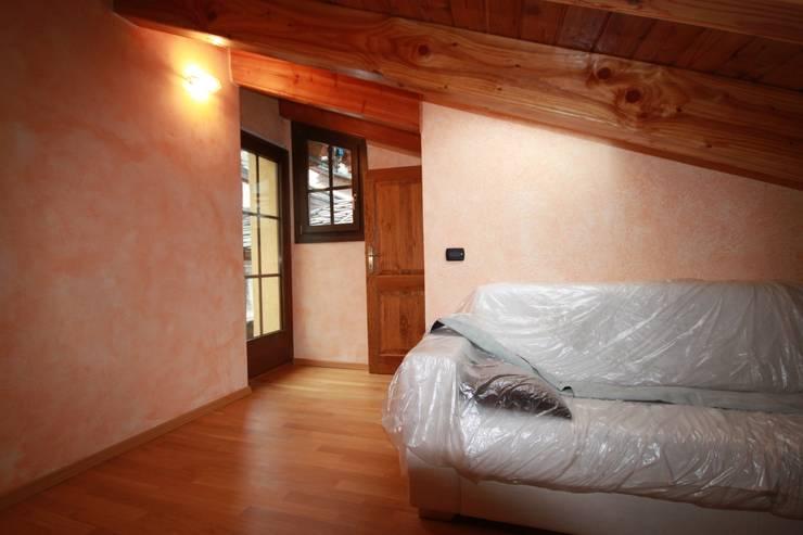 camera in mansarda:  in stile  di Agenzia San Grato di Marcoz Carlo