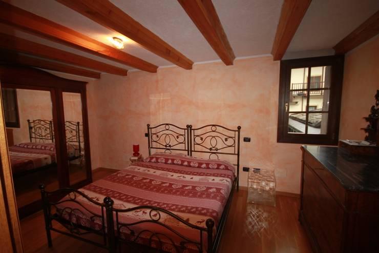 camera a piano 1°:  in stile  di Agenzia San Grato di Marcoz Carlo