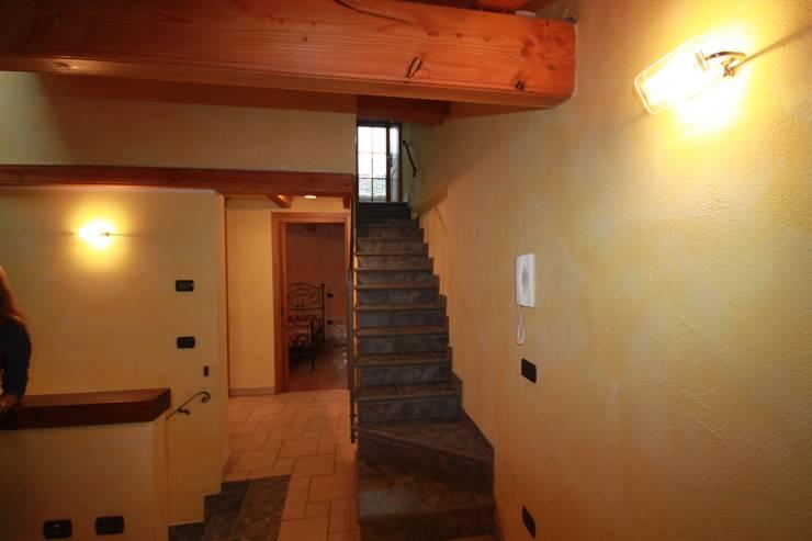 scala interna che porta alla mansarda:  in stile  di Agenzia San Grato di Marcoz Carlo