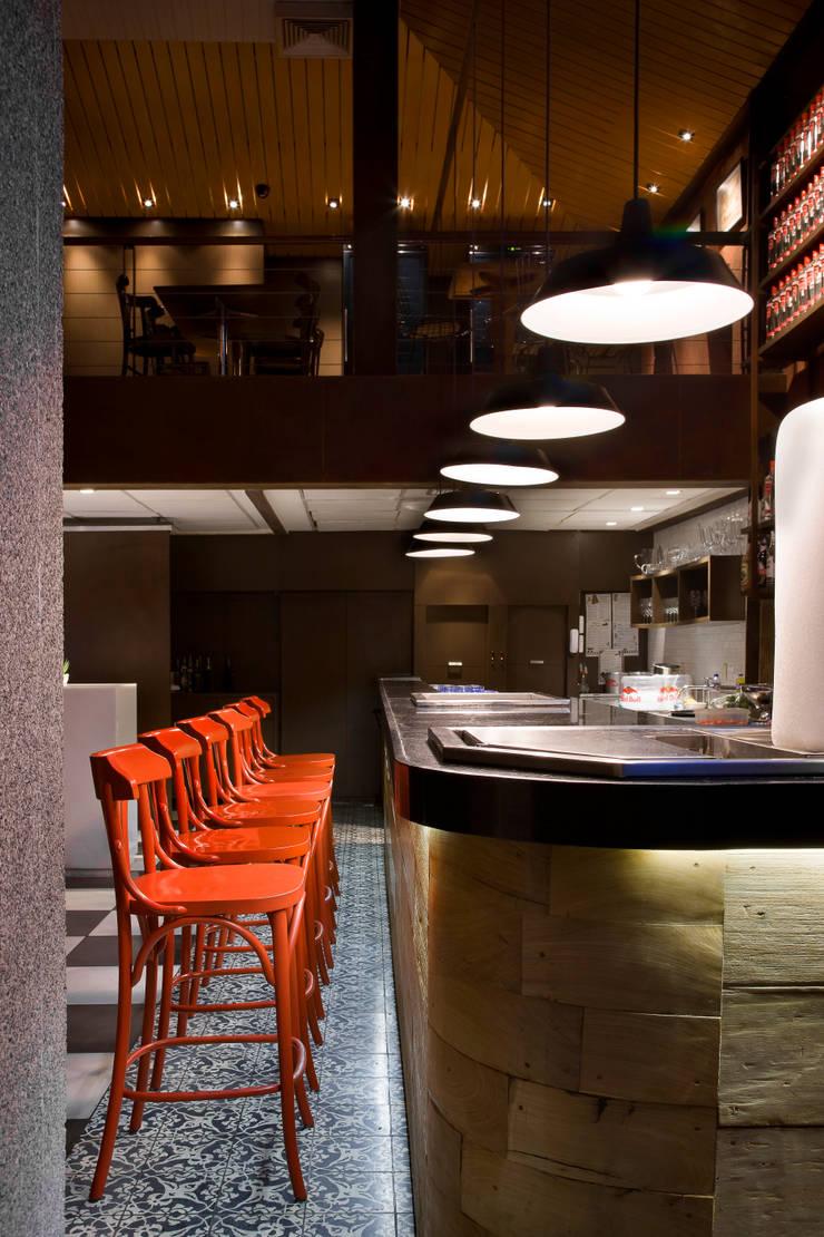 Detalhe do balcão Bares e clubes modernos por Fernanda Sperb Arquitetura e interiores Moderno