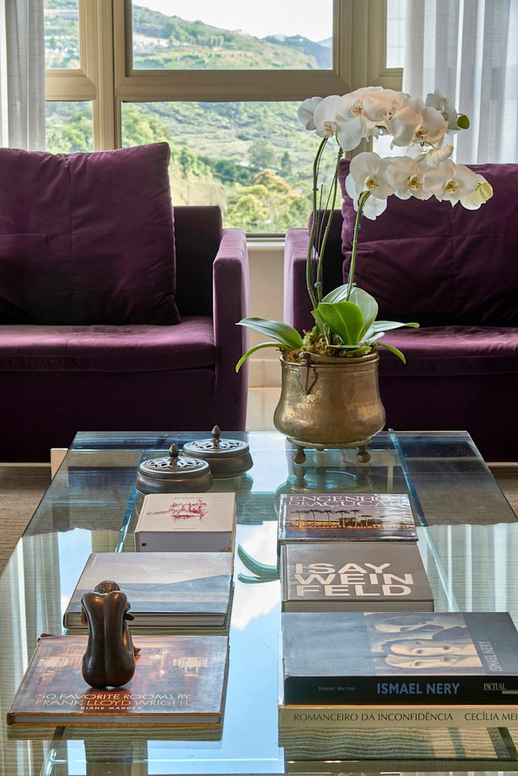 Detalhe poltronas na cor roxa: Sala de estar  por Fernanda Sperb Arquitetura e interiores