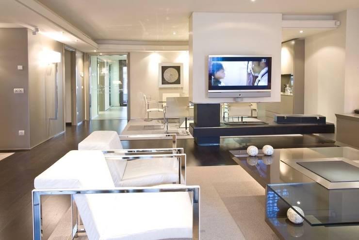 Interiorismo  y decoracion de apartamento de lujo en el centro de Granollers.: Salones de estilo  de Ojinaga