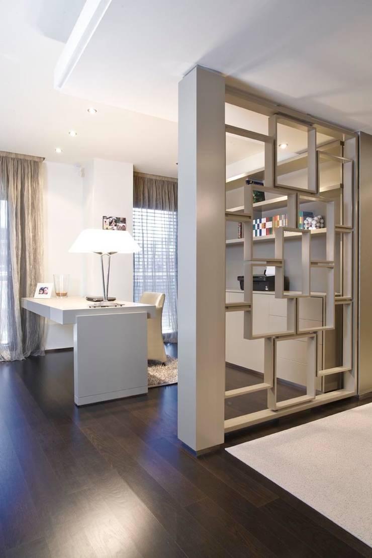 Interiorismo  y decoracion de apartamento de lujo en el centro de Granollers.: Estudio de estilo  de Ojinaga