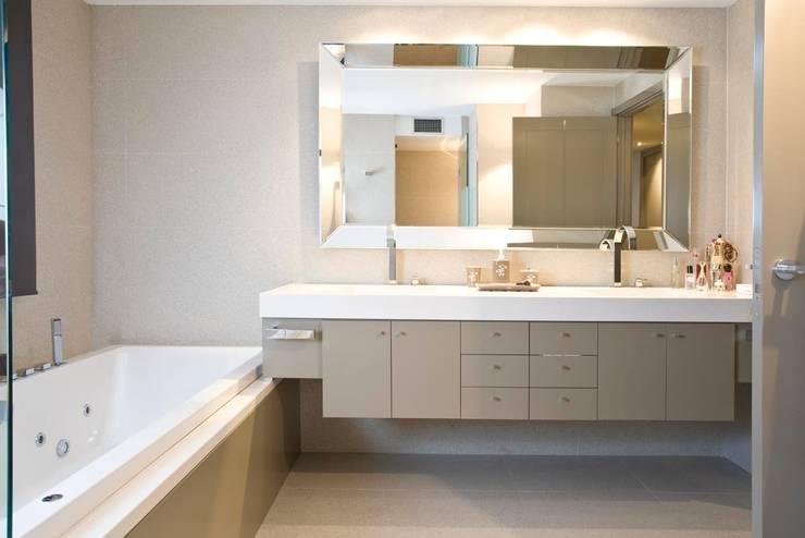 Interiorismo  y decoracion de apartamento de lujo en el centro de Granollers.: Baños de estilo  de Ojinaga