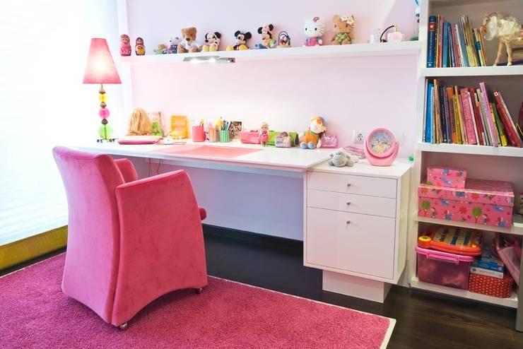 Interiorismo  y decoracion de apartamento de lujo en el centro de Granollers.: Habitaciones infantiles de estilo  de Ojinaga