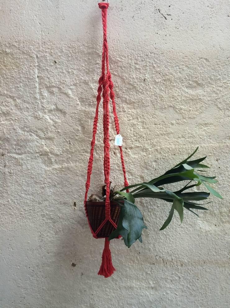 Colgador macramé rojo.: Jardín de estilo  de Meublé