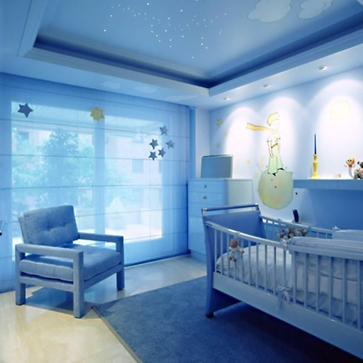 Interiorismo  y decoracion de apartamento de lujo en la zona alta de Barcelona.: Habitaciones infantiles de estilo  de Ojinaga