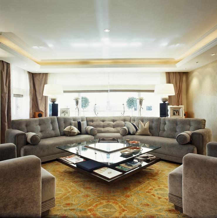 Interiorismo  y decoracion de apartamento de lujo en la zona alta de Barcelona.: Salones de estilo  de Ojinaga