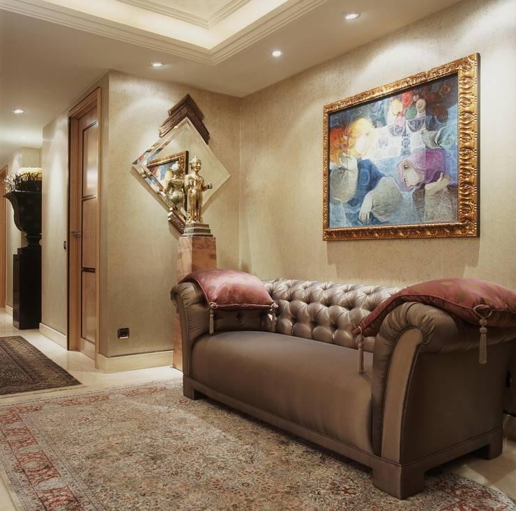 Interiorismo  y decoracion de apartamento de lujo en la zona alta de Barcelona.: Vestíbulos, pasillos y escaleras de estilo  de Ojinaga