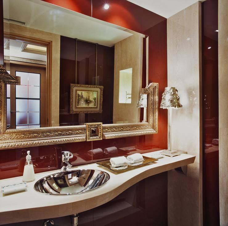Interiorismo  y decoracion de apartamento de lujo en la zona alta de Barcelona.: Baños de estilo  de Ojinaga