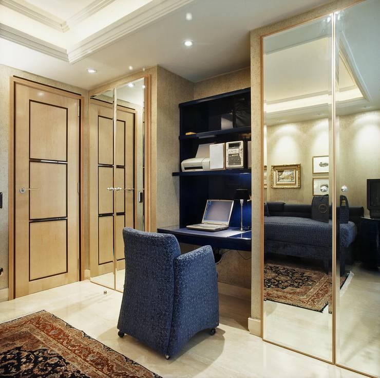 Interiorismo  y decoracion de apartamento de lujo en la zona alta de Barcelona.: Estudio de estilo  de Ojinaga
