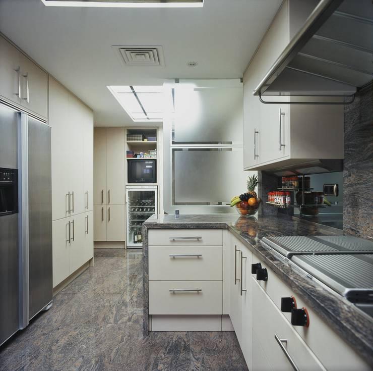 Interiorismo  y decoracion de apartamento de lujo en la zona alta de Barcelona.: Cocina de estilo  de Ojinaga