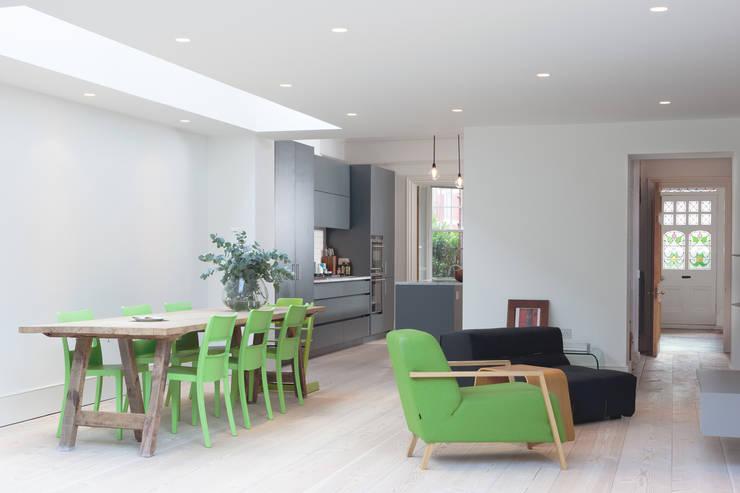 PG Residence: scandinavian Dining room by deDraft Ltd