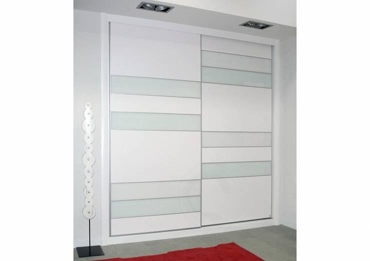 Armario de puertas deslizantes : Dormitorios de estilo  de INTERNI DECORACiÓN S.L.