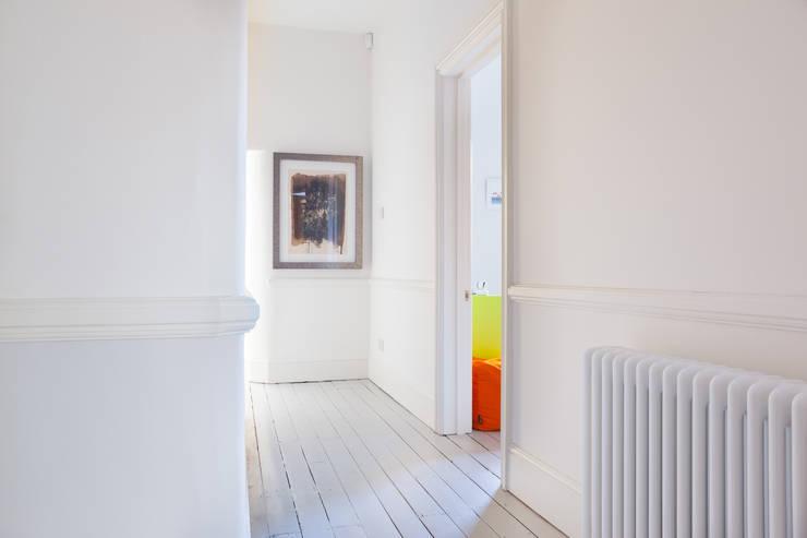 PG Residence:  Corridor & hallway by deDraft Ltd