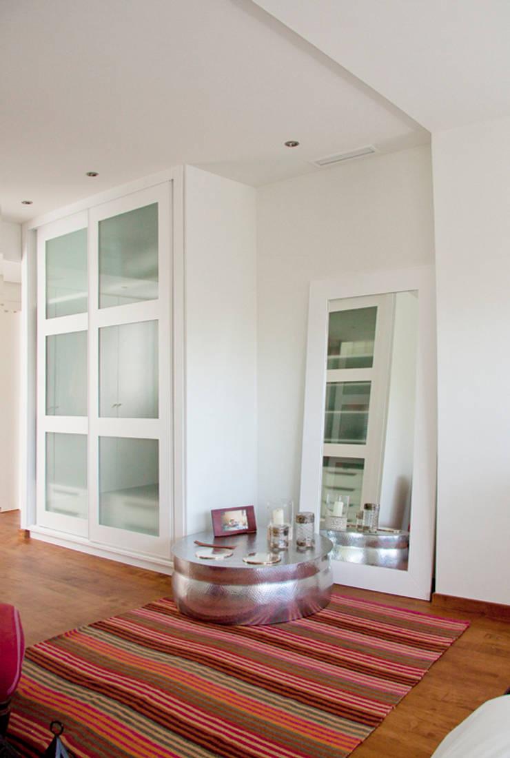 Espejo y armario a medida: Vestidores de estilo  de Bafra