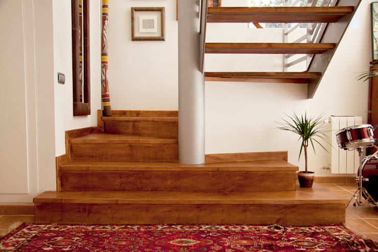Ecalera en madera natural: Vestíbulos, pasillos y escaleras de estilo  de Bafra