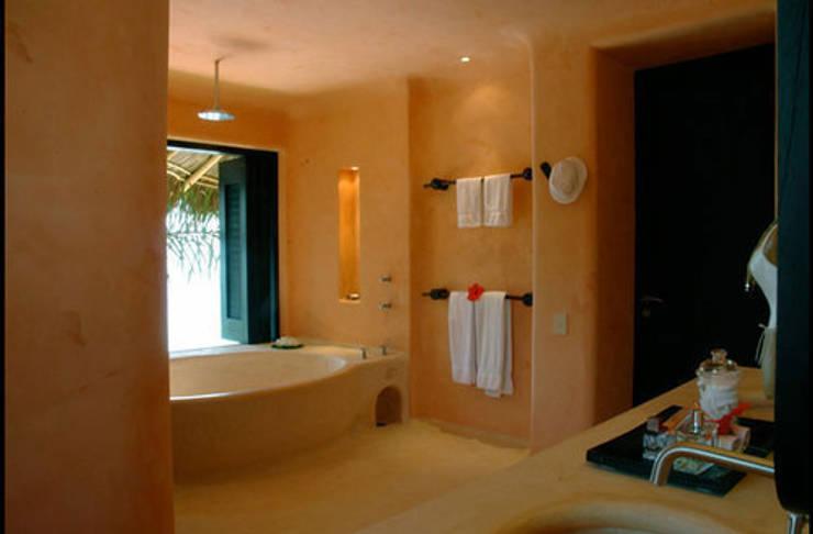 Casa Mis Amores: Baños de estilo  por BR  ARQUITECTOS