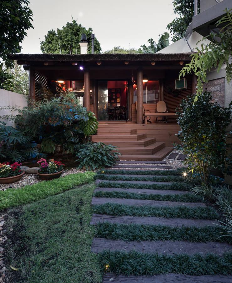 Jardines de estilo  por Kali Arquitetura,