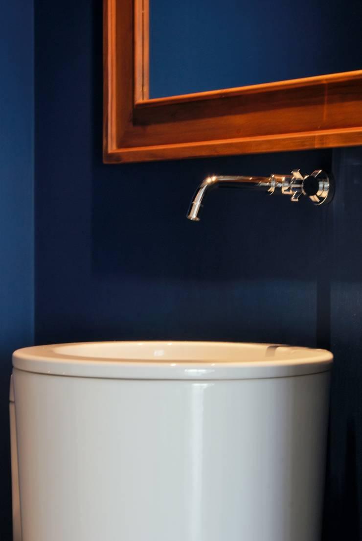 Lavabo com paredes azuis: Banheiros  por Gisele Emery Arquitetura,