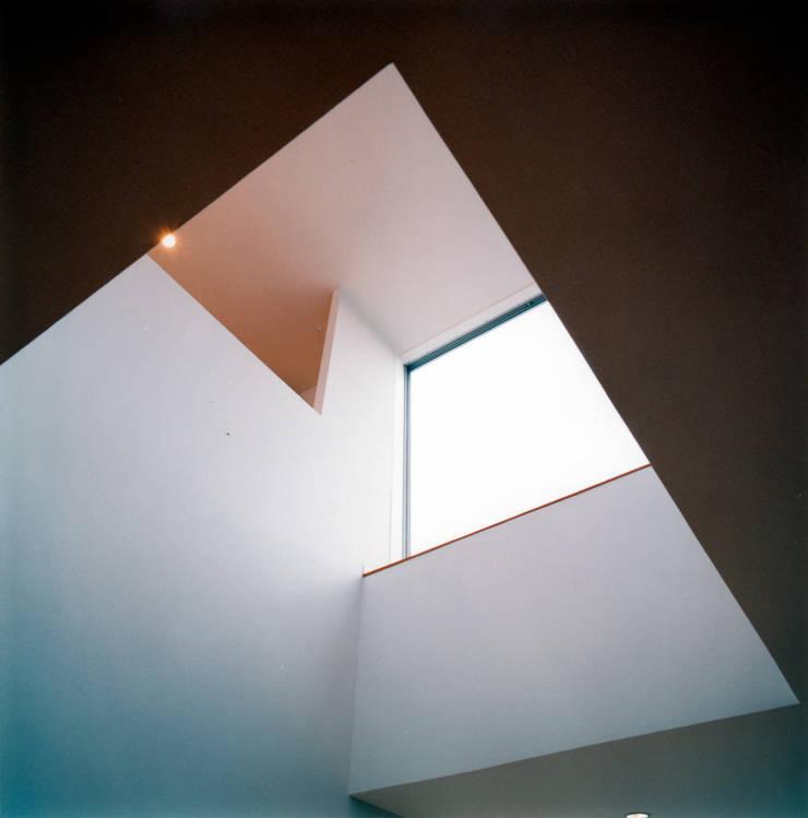 リビング上部3層吹抜けを2階ピアノスペースから見る: 井戸健治建築研究所 / Ido, Kenji Architectural Studioが手掛けた和室です。
