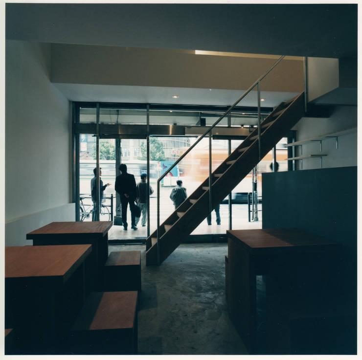 1階客席からエントランスを見る: 井戸健治建築研究所 / Ido, Kenji Architectural Studioが手掛けたレストランです。