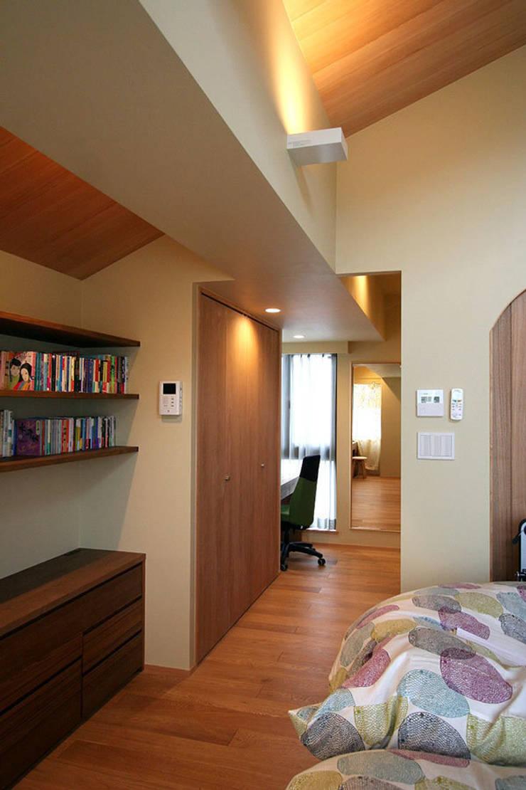 御所南の家 マンションリフォーム: 株式会社ローバー都市建築事務所が手掛けた寝室です。
