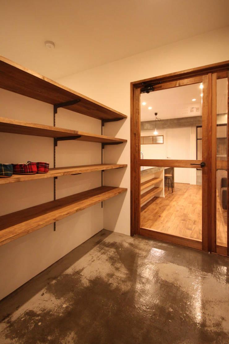 木製ドア: ASTERが手掛けた窓です。
