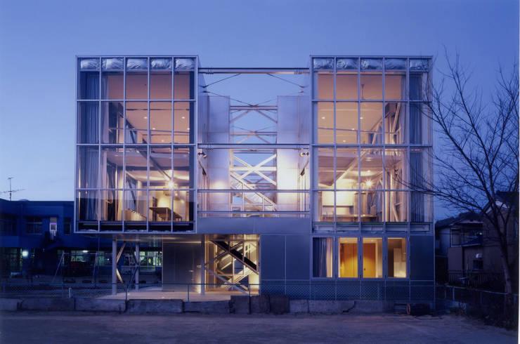 南側外観 夜景 モダンな 家 の 井戸健治建築研究所 / Ido, Kenji Architectural Studio モダン