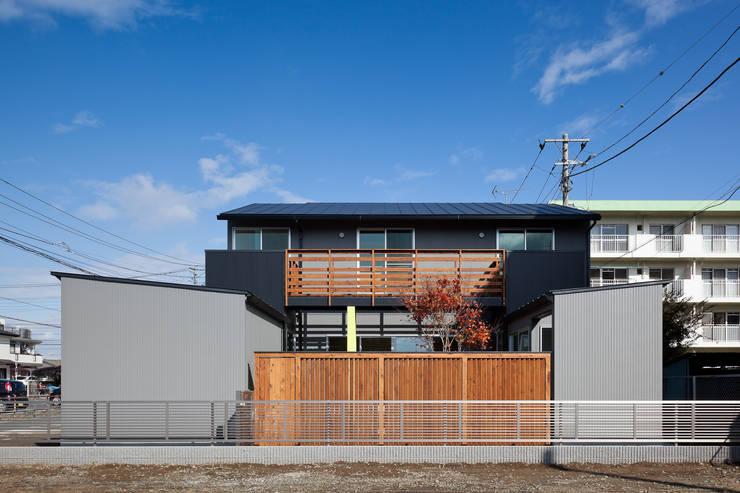 屋外ブリッジのある家: 山岡建築研究所が手掛けた家です。