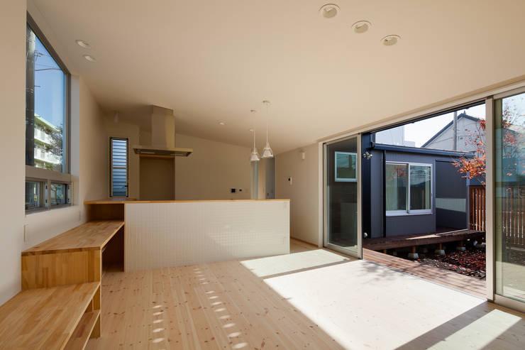 屋外ブリッジのある家: 山岡建築研究所が手掛けたリビングです。