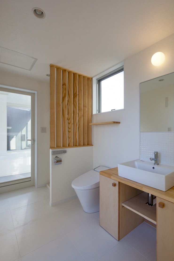 Modern style bathrooms by 山岡建築研究所 Modern