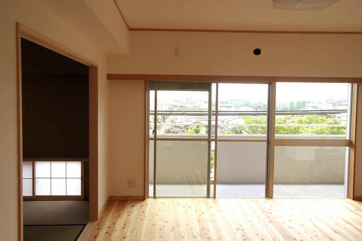 ハイツ白川 自然素材の家: 株式会社ローバー都市建築事務所が手掛けた窓です。