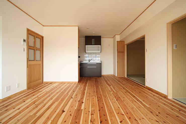 ハイツ白川 自然素材の家: 株式会社ローバー都市建築事務所が手掛けたキッチンです。
