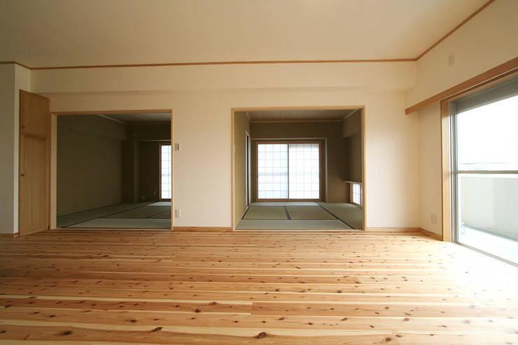 ハイツ白川 自然素材の家: 株式会社ローバー都市建築事務所が手掛けたリビングです。