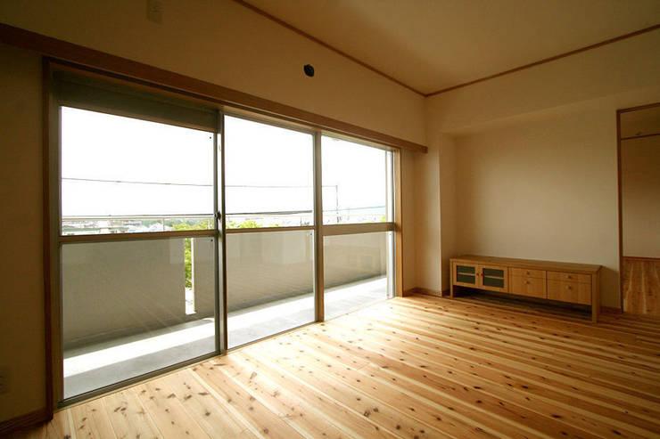 ハイツ白川 自然素材の家: 株式会社ローバー都市建築事務所が手掛けたテラス・ベランダです。