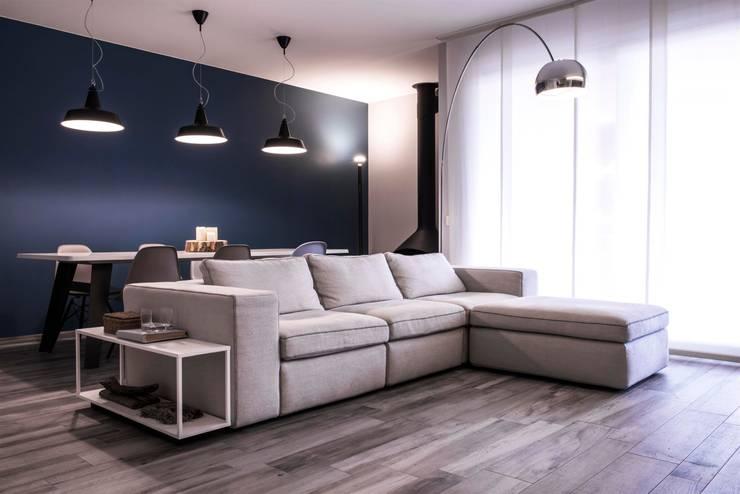 soggiorno: Soggiorno in stile in stile Moderno di studiooxi