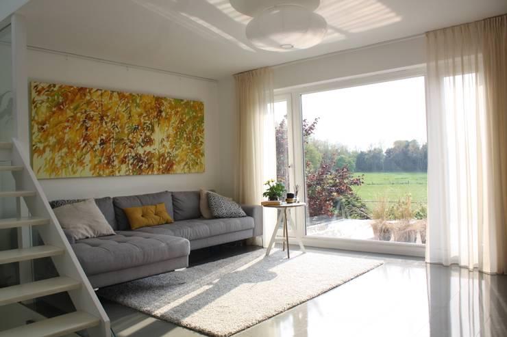 minimalistic Living room by AZ INTERIORS