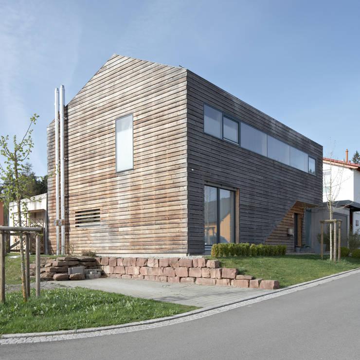 Einfamilienhaus PR05 im Nordschwarzwald: minimalistische Häuser von Schiller Architektur BDA