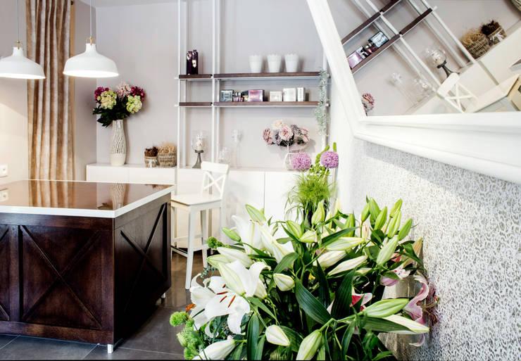 Mała kwiaciarnia: styl , w kategorii Powierzchnie handlowe zaprojektowany przez Mprojekt