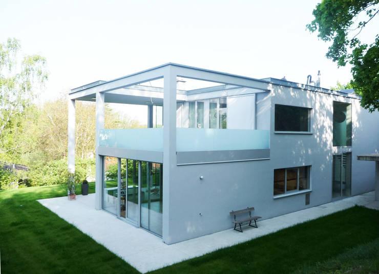 Terrasse Obergeschoss: moderne Häuser von GESSNER INNENARCHITEKTUR
