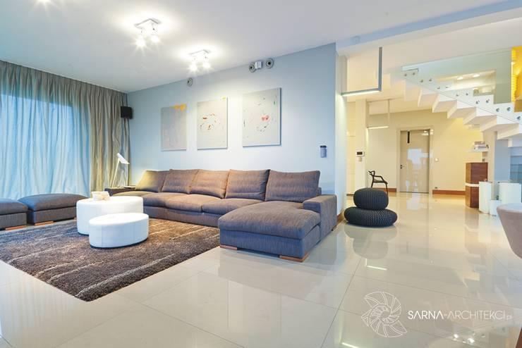 HOUSE WITH A PERSPECTIVE: styl , w kategorii Salon zaprojektowany przez SARNA ARCHITECTS   Interior Design Studio