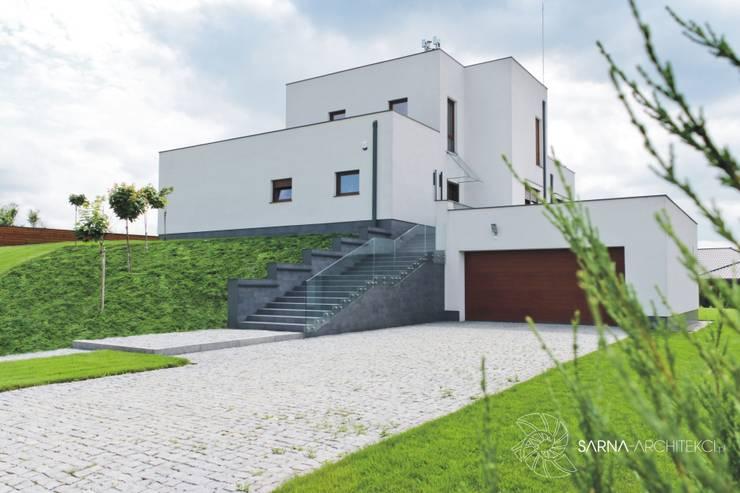 HOUSE WITH A PERSPECTIVE: styl , w kategorii Domy zaprojektowany przez SARNA ARCHITECTS   Interior Design Studio