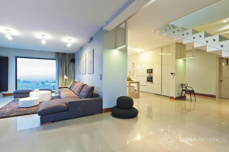 HOUSE WITH A PERSPECTIVE: styl , w kategorii Ściany zaprojektowany przez SARNA ARCHITECTS   Interior Design Studio