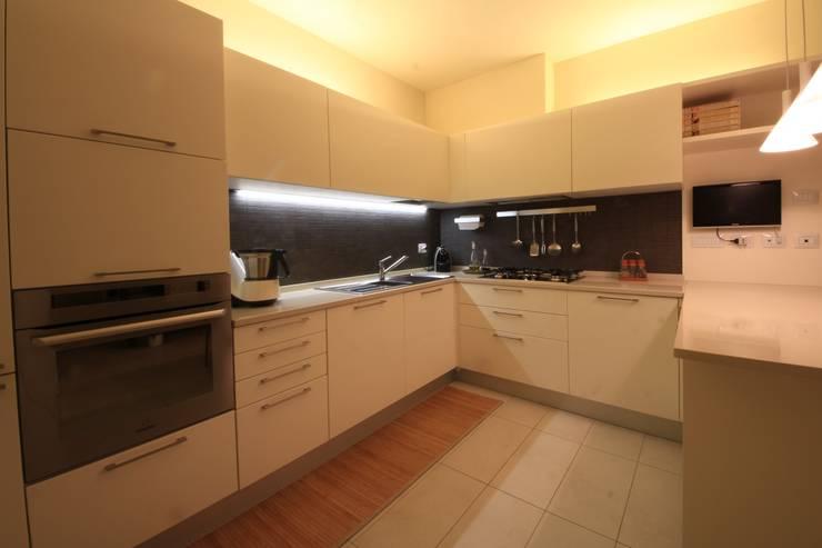 Villetta a schiera: Cucina in stile in stile Moderno di Falegnameria Ferrari