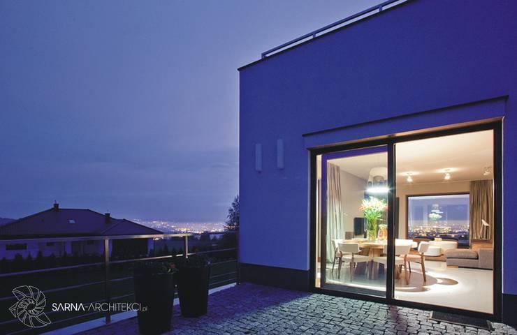 HOUSE WITH A PERSPECTIVE: styl , w kategorii Taras zaprojektowany przez SARNA ARCHITECTS   Interior Design Studio